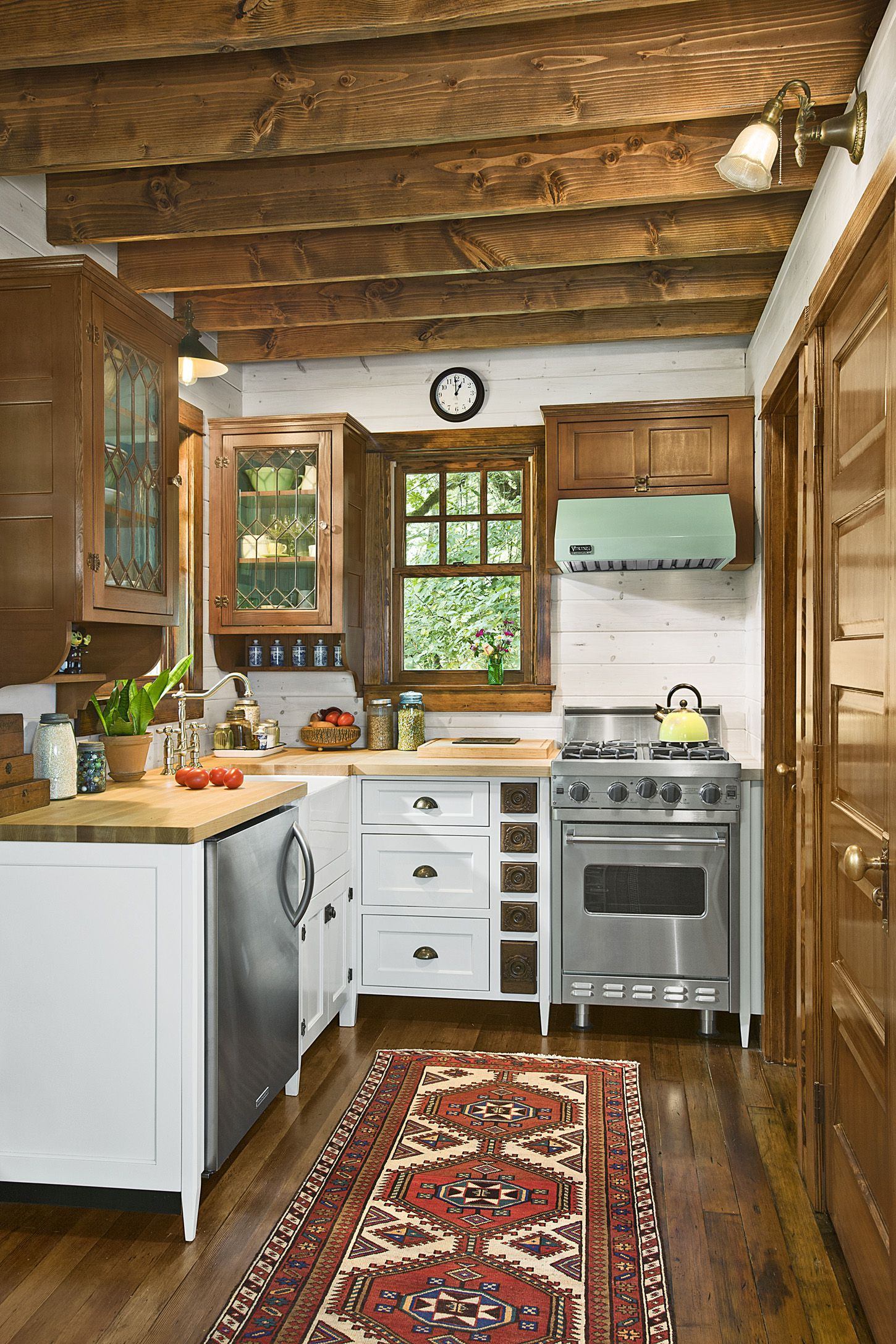 If you have a tiny kitchen, this is a great idea for a making the most out of it with this country farmhouse design.